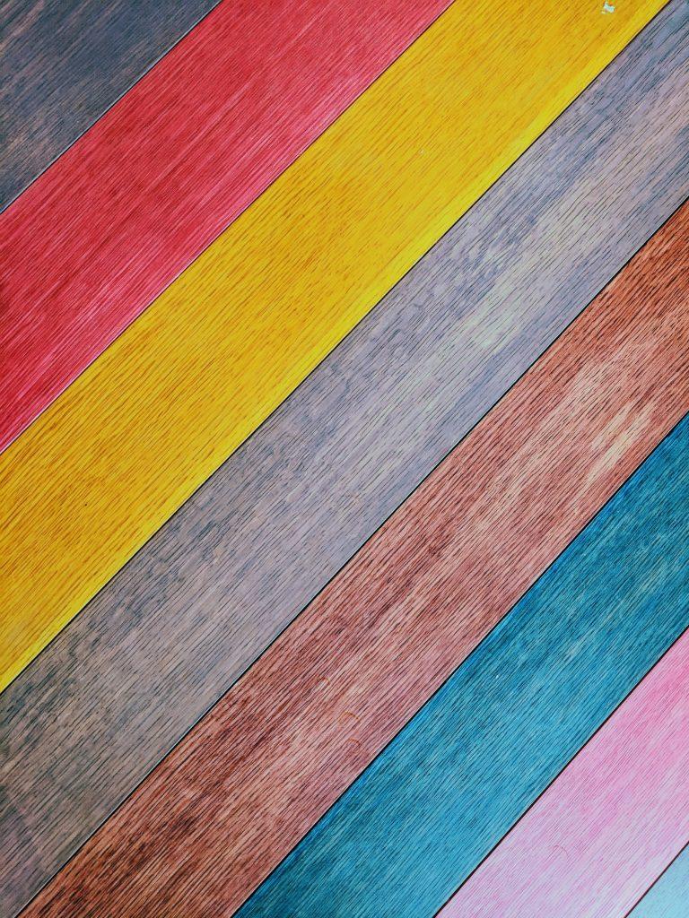 Vloer met planken in verschilllende kleuren